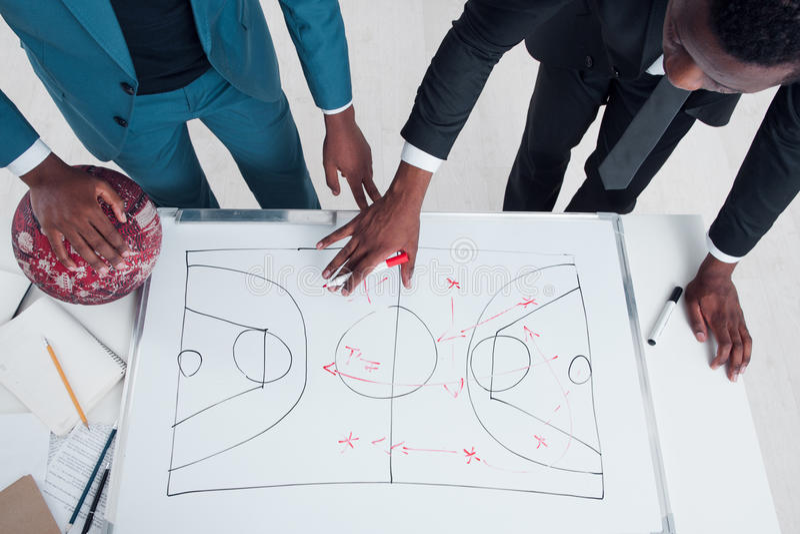 Estratégia nova do jogo do plano de dois treinadores de beisebol fotografia de stock