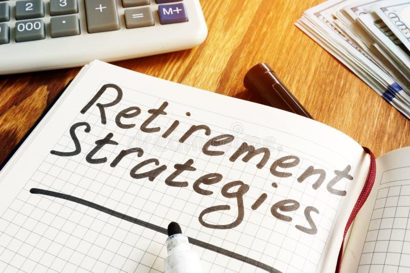 Estratégias e plano de pensão da aposentadoria Caderno e pena imagens de stock