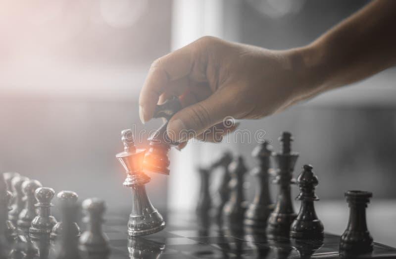 Estrategia de la competencia del negocio y concepto del éxito empresarial Mano del hombre de negocios dos que se mueve para lucha foto de archivo