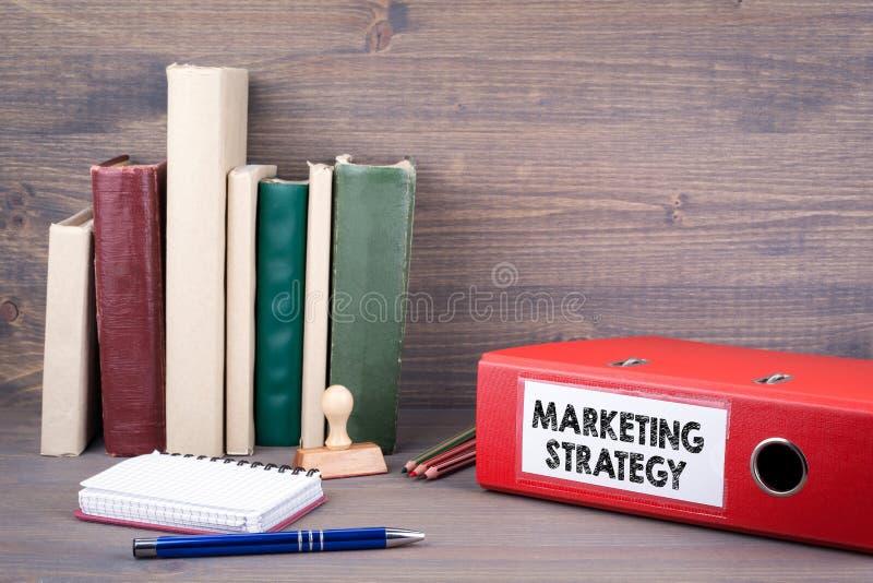 Estrategia de marketing Carpeta en el escritorio en la oficina Fondo del asunto imágenes de archivo libres de regalías