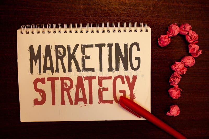 Estrategia de marketing del texto de la escritura Estructuras de papel rojizas de las bolas de la organización de investigación d fotos de archivo