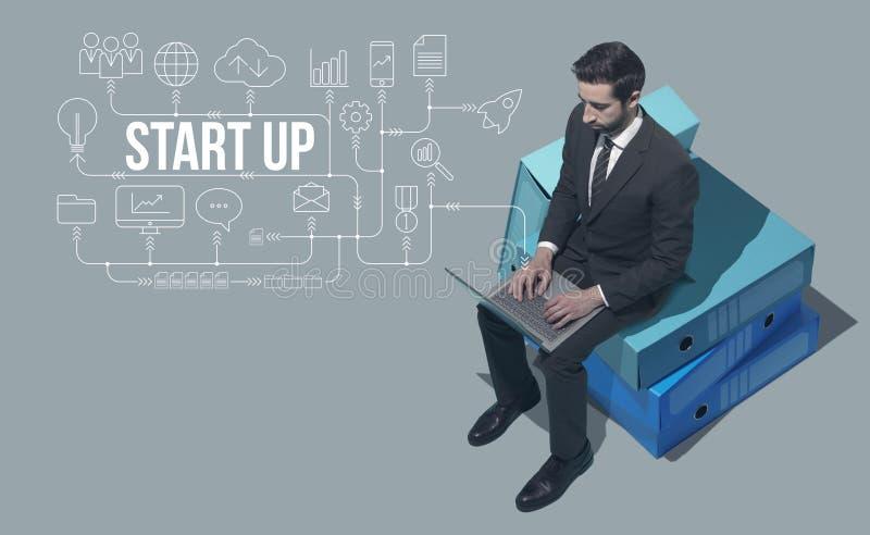 Estrategias de planificación del hombre de negocios para su inicio foto de archivo