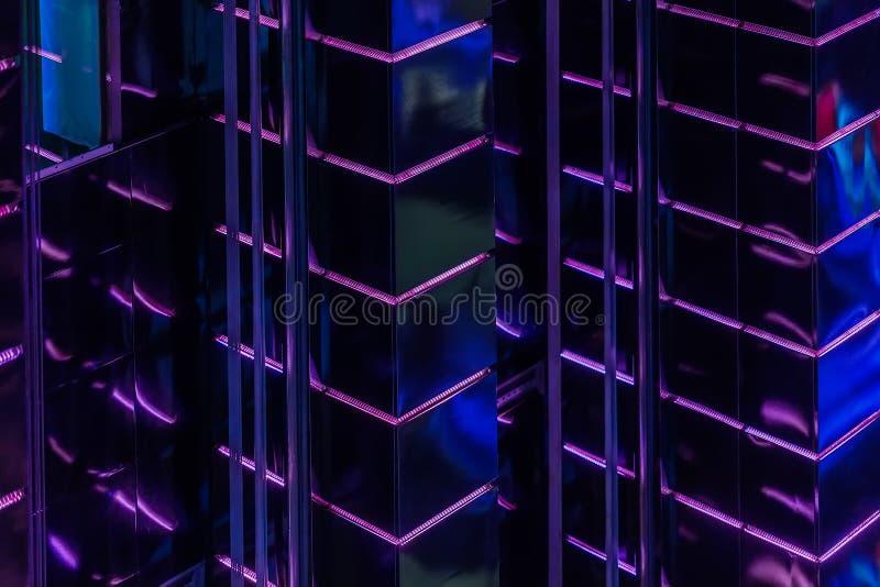 Estratto del modello delle pareti principali porpora luminose della lampadina di alta costruzione d'ardore, illuminazione moderna fotografia stock libera da diritti