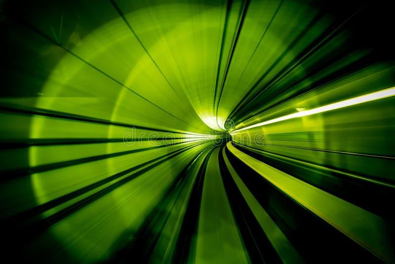 Estratto del mosso - in un'intestazione sotterranea del tunnel verso fotografia stock