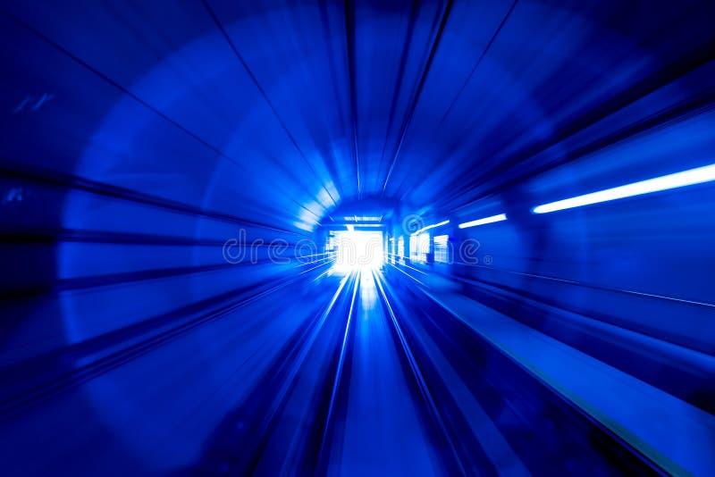 Estratto del mosso - in un'intestazione sotterranea del tunnel verso immagini stock libere da diritti