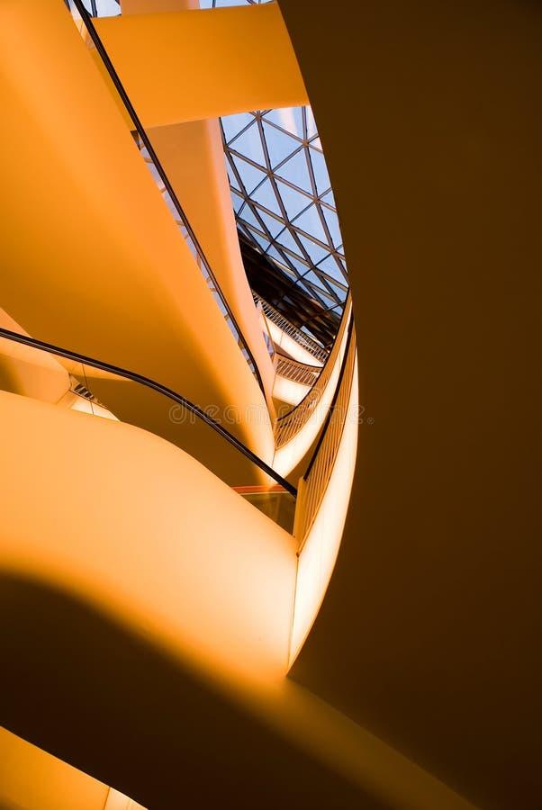 Estratto dell'interiore moderno della costruzione di architettura immagini stock libere da diritti