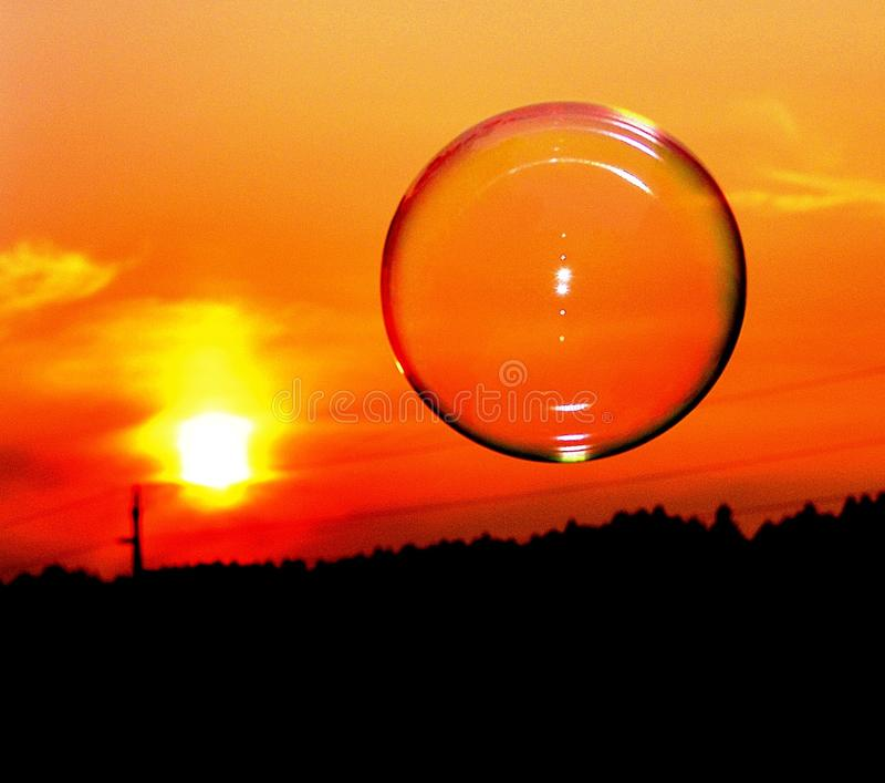 Estratto della bolla alla notte nell'insieme del sole fotografie stock