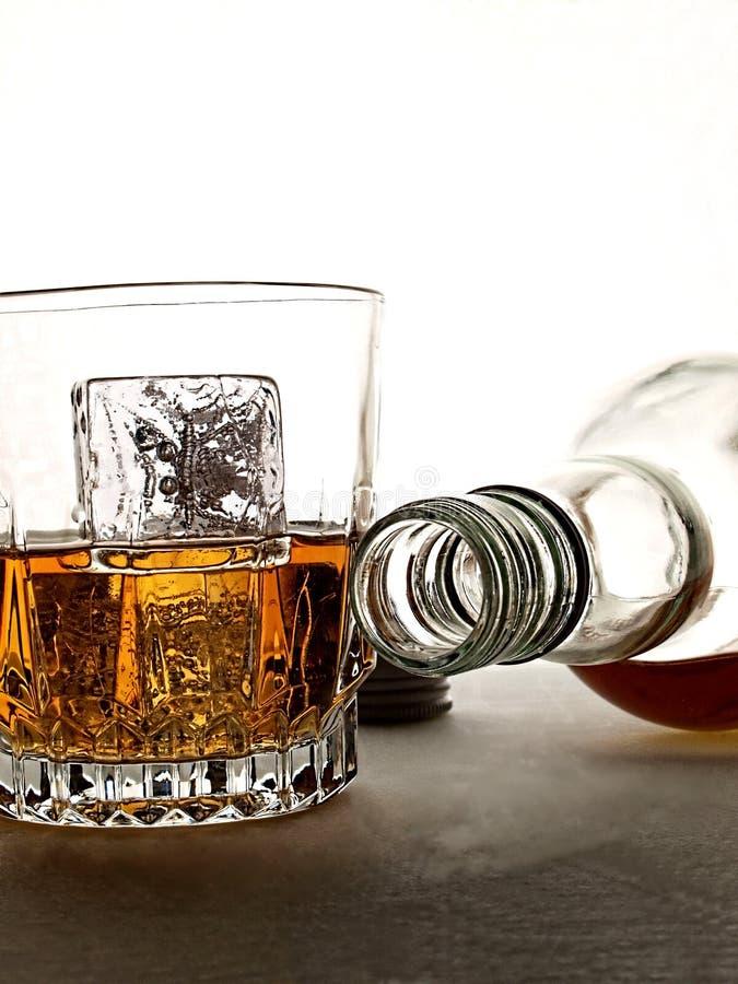 Estratto della bottiglia & di vetro di whisky immagine stock