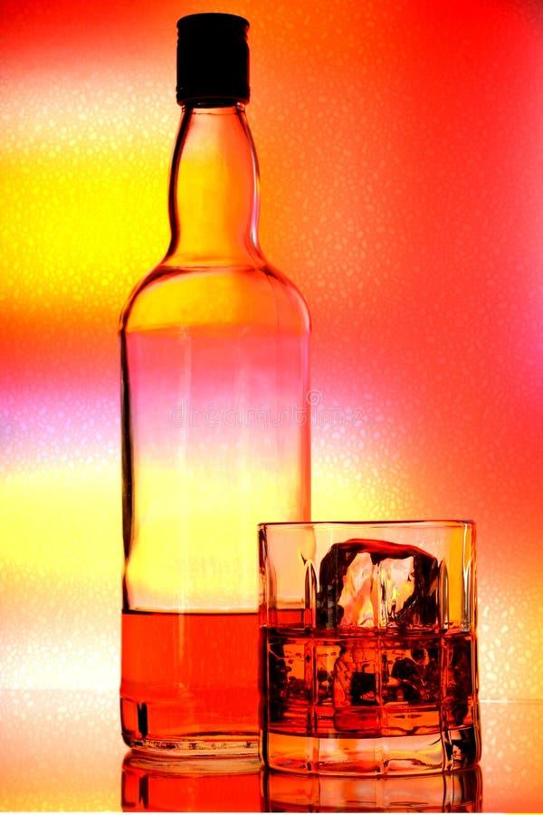 Estratto della bottiglia & di vetro di whisky fotografia stock libera da diritti