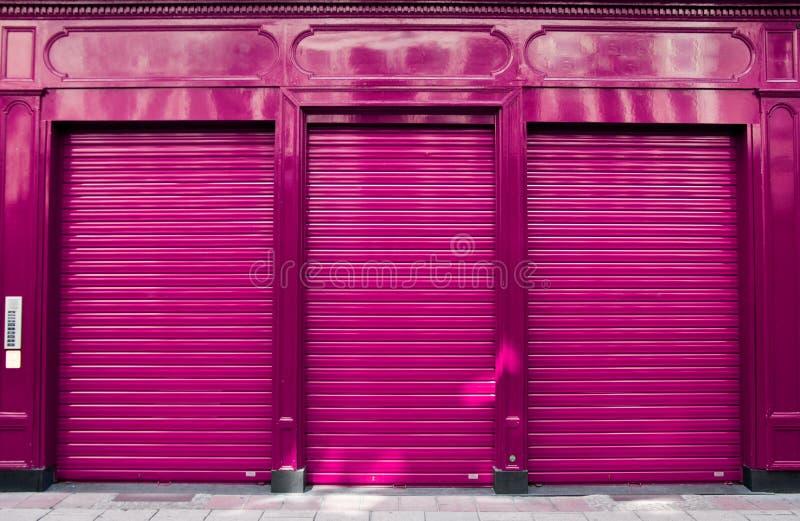 Estratto della chiusura di affari con la facciata porpora del negozio immagini stock libere da diritti