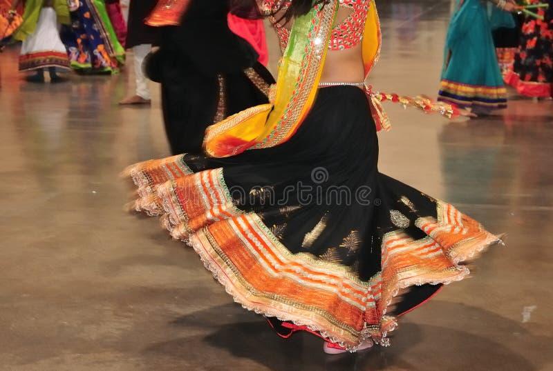 Estratto della ragazza di dancing nell'azione, costume variopinto con effetto di moto fotografie stock