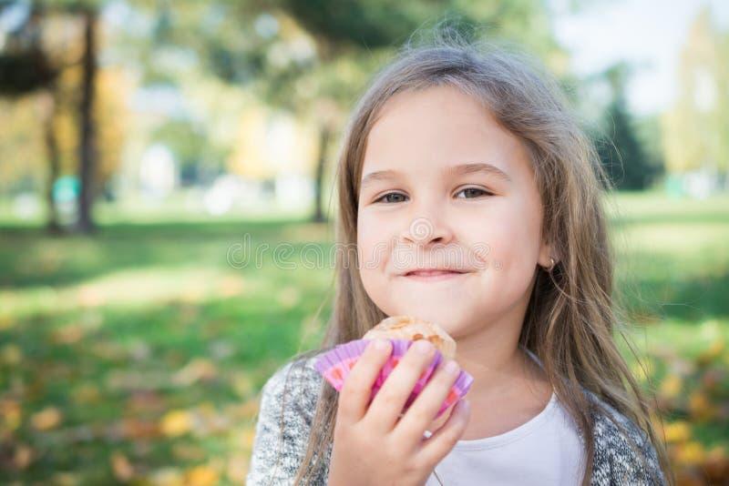 Estratto di amore: piccola ragazza sveglia del ritratto fotografie stock