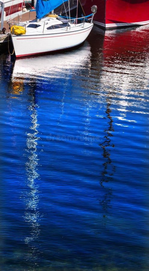 Estratto rosso bianco di riflessione delle barche a vela immagini stock libere da diritti
