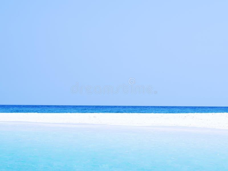 Estratto vago sul fondo della spiaggia dell'oceano di estate di vacanza Chiaro cielo blu, bello mare tropicale, acqua blu e spiag fotografia stock libera da diritti
