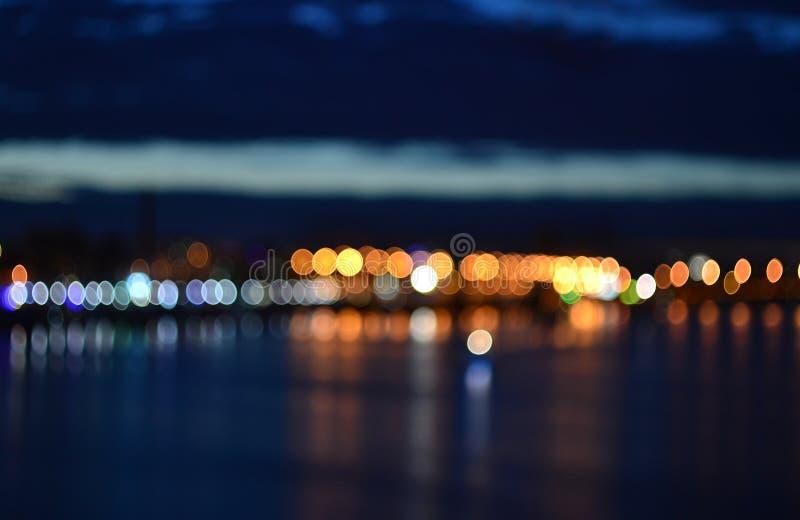 Estratto vago uguagliando le luci defocused della città immagine stock