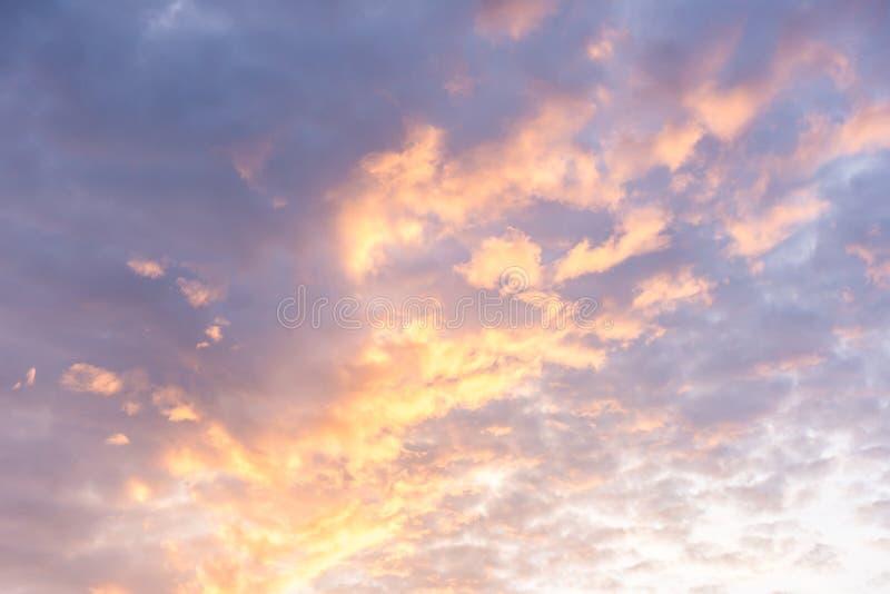 Estratto variopinto delle nuvole e del cielo in sole per il fondo di struttura fotografie stock libere da diritti