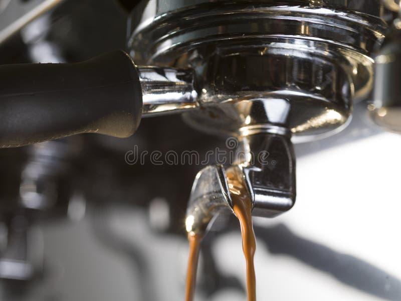Estrazione del caffè espresso con una macchina del caffè di proffessional fotografia stock