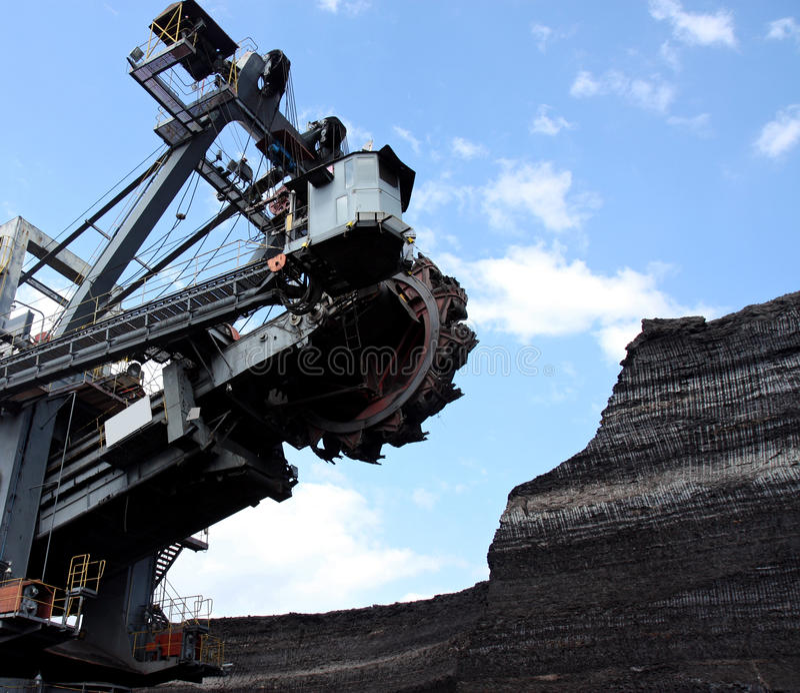 Estrazione del carbone con il grande escavatore fotografie stock