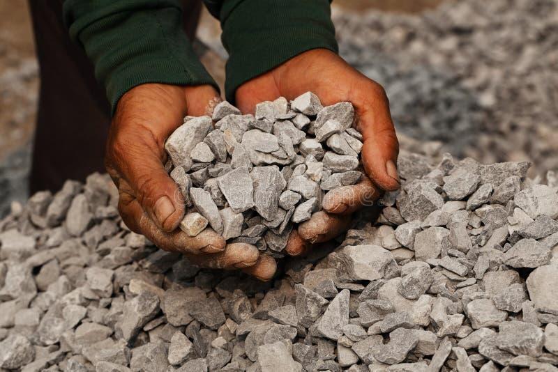 Estrazione del carbone: minatore delle miniere di carbone nelle mani dell'uomo del fondo del carbone Idea dell'immagine circa est immagini stock
