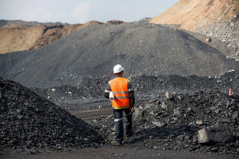 Estrazione del carbone in una trincea a cielo aperto immagini stock libere da diritti