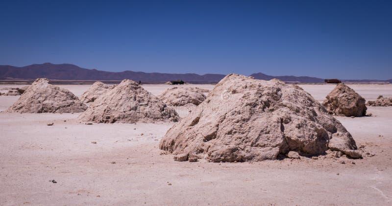 Estrazione del sale nel lago del sale di Salar de Uyuni, Bolivia fotografia stock