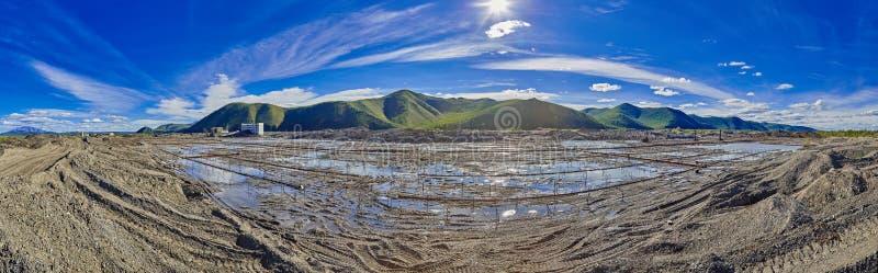 Estrazione dell'oro dalla resistenza Acqua disgelo una terra congelata immagine stock
