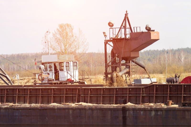 Estrazione della sabbia del fiume della costruzione facendo uso di una draga speciale della nave, industriale, sistema fotografie stock libere da diritti