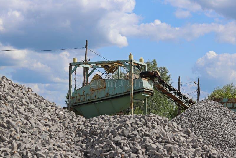 Estrazione, lavaggio, ordinare e distrazione della ghiaia del fiume Industria estrattiva Tecnologia di ottenere una pietra Una vi fotografia stock