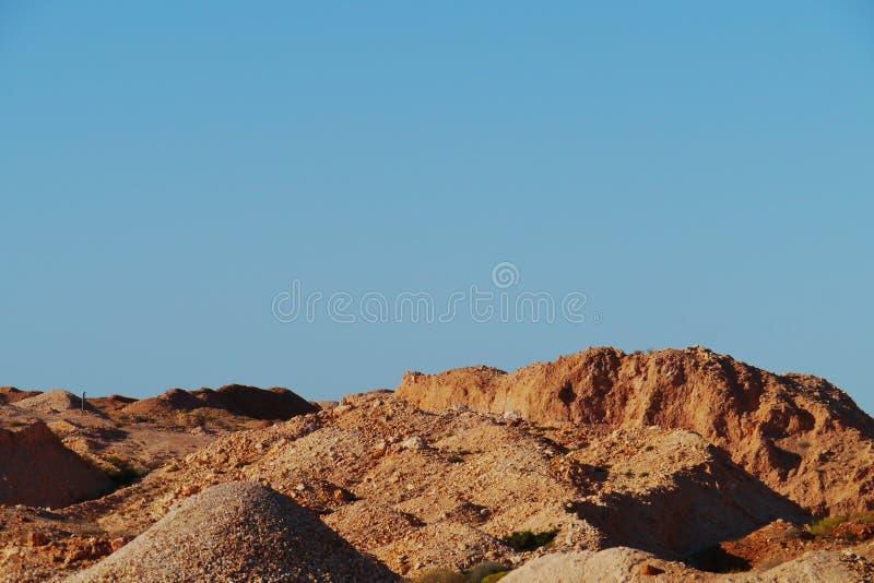Estrazione mineraria australiana con le colline variopinte fotografia stock libera da diritti
