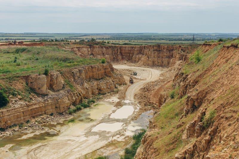 Estrazione mineraria del calcare in una cava fotografie stock