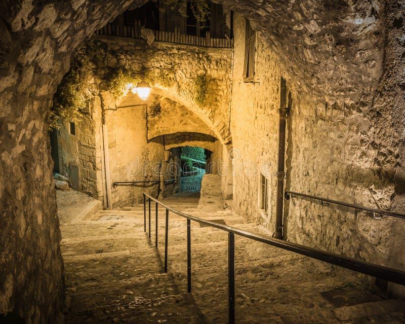 Estreche la calle cobbled en la ciudad vieja en la noche, Francia imagen de archivo libre de regalías