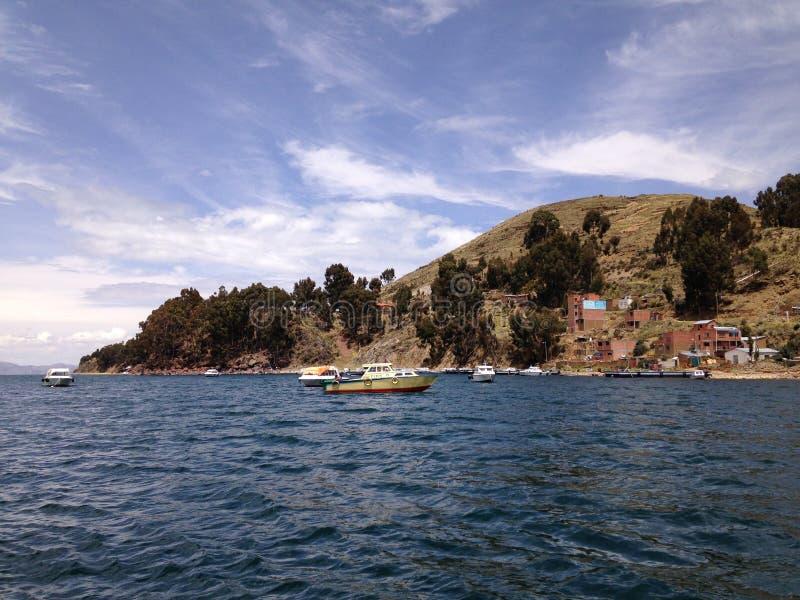 Estrecho de tiquina que va al lago del titicaca del copacabana imagen de archivo libre de regalías