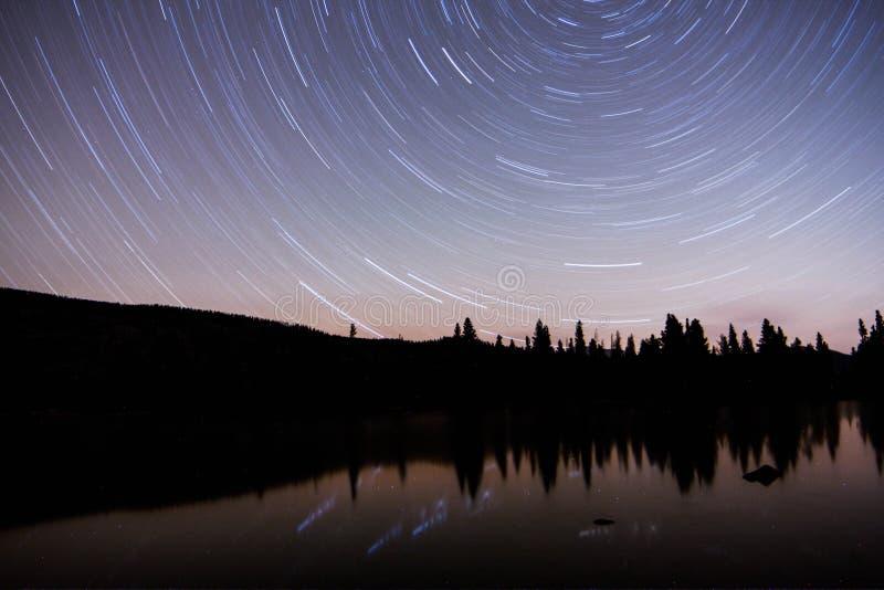 A estrela arrasta Sprague Lake imagens de stock royalty free
