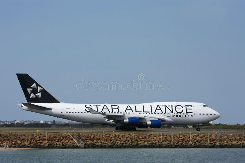 Estrela Boeing unido aliança 747 na pista de decolagem. foto de stock