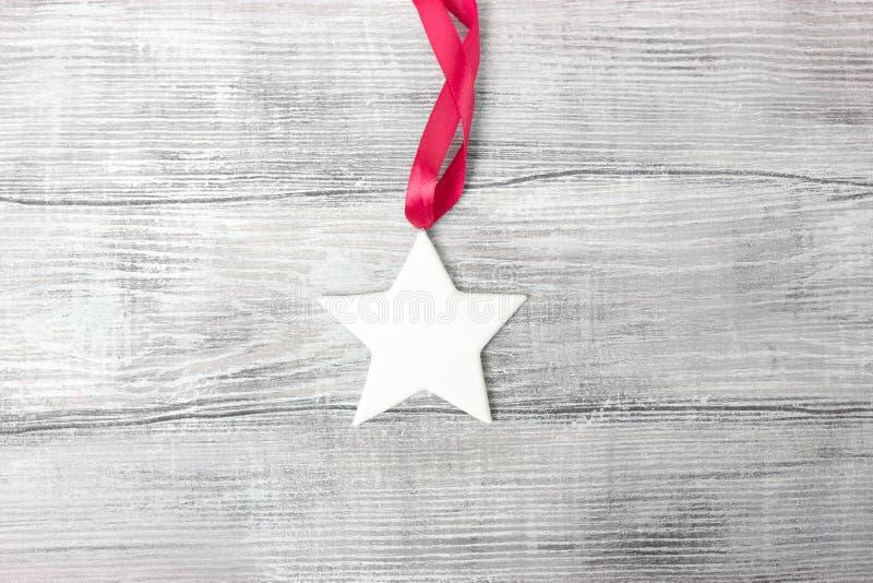 Estrela branca do emplastro no fundo de madeira fotografia de stock
