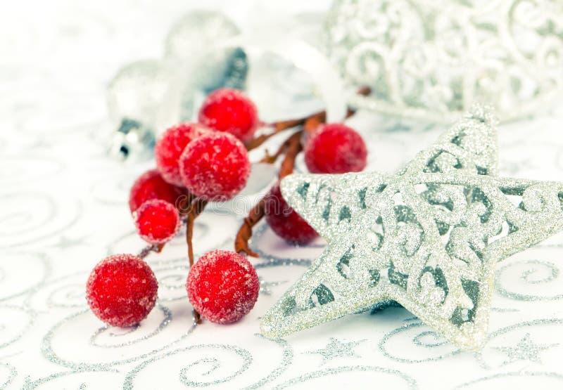 Estrela brilhante do Natal com decoração do xmas fotografia de stock royalty free