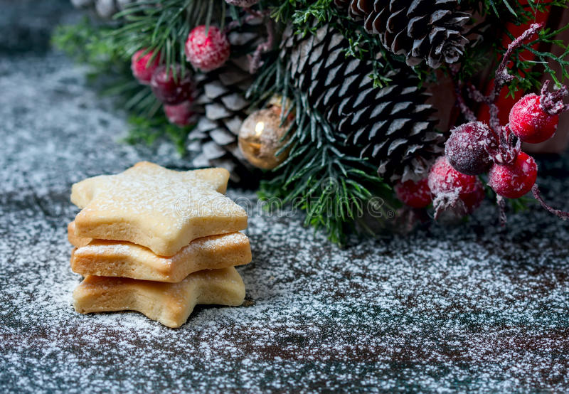 A estrela caseiro deu forma a cookies em um fundo de madeira Decoração do Natal foto de stock royalty free
