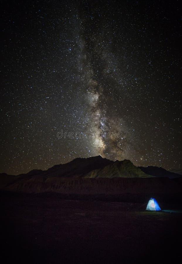 Estrela da Via Látea que brilha acima da passagem de montanha iluminada de Himalaya das barracas foto de stock