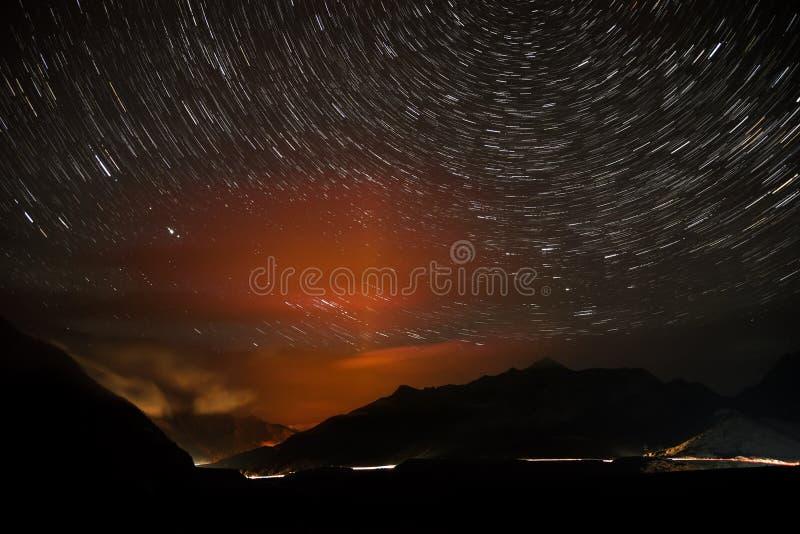 A estrela das montanhas da estrada segue a noite fotografia de stock royalty free