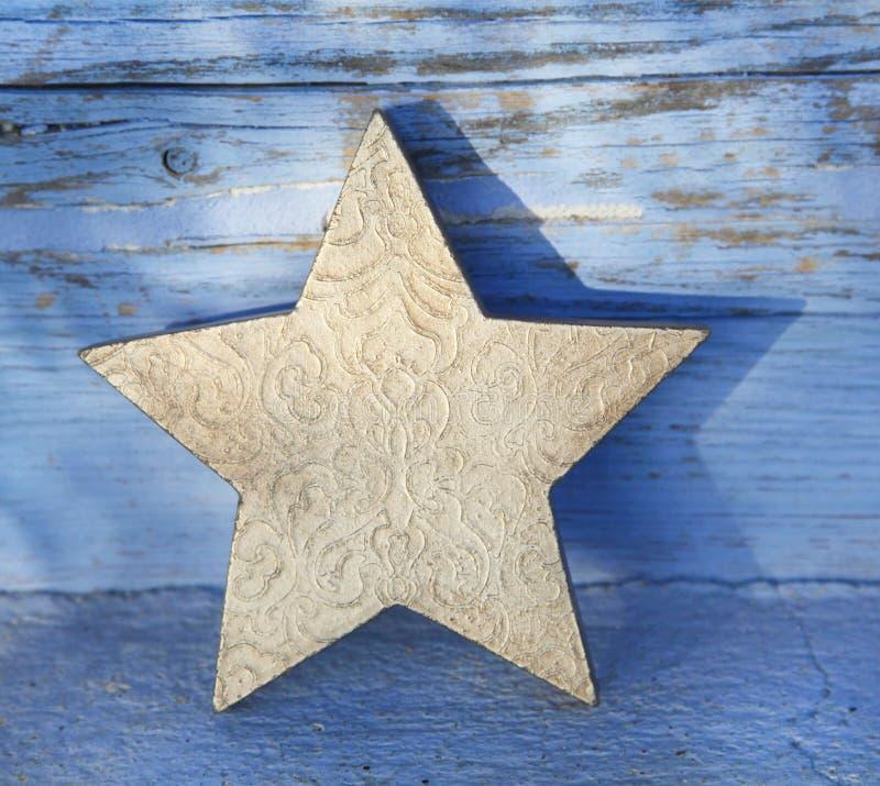 Estrela de madeira dourada velha do Natal para a decoração fotografia de stock royalty free