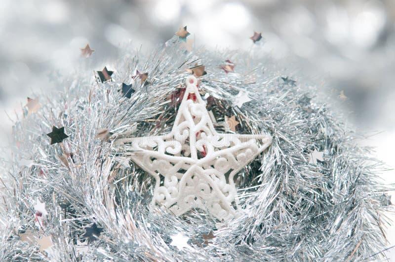 Estrela de prata do Natal com fundo do efeito da neve fotografia de stock royalty free