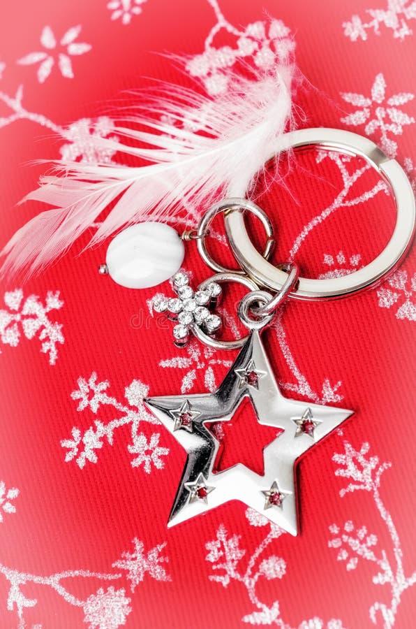 Estrela de prata e pena branca imagem de stock