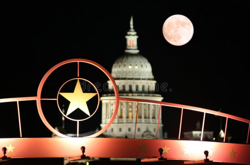 Estrela de Texas com o edifício do Capitólio do estado na noite imagens de stock royalty free