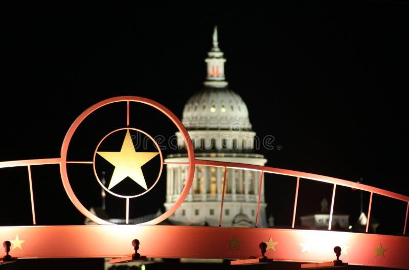 Estrela de Texas com o edifício do Capitólio do estado na noite fotos de stock