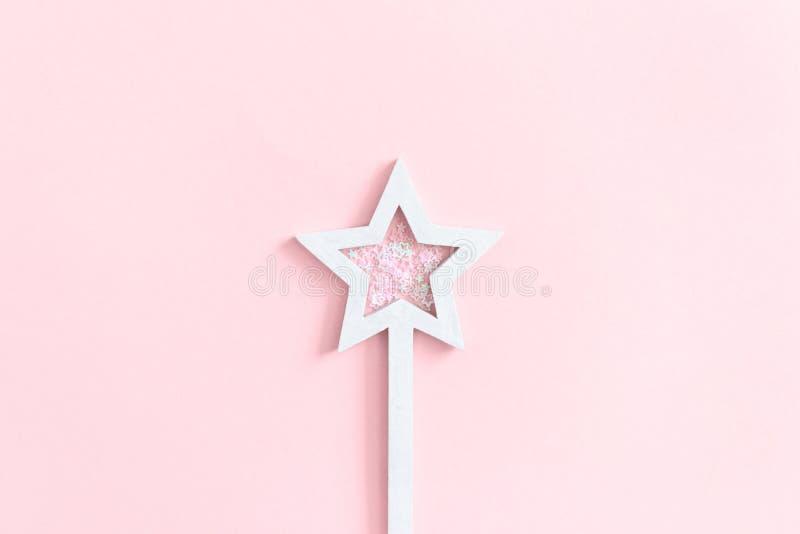 A estrela deu forma à varinha mágica com lantejoulas foto de stock