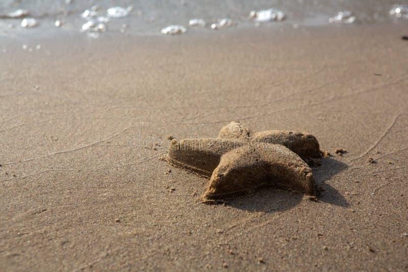 Estrela do mar feita da areia Sandy Beach, dia de verão foto de stock royalty free