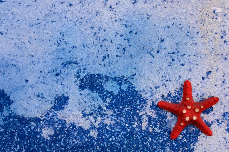 Estrela do mar no fundo azul do mar fotos de stock royalty free