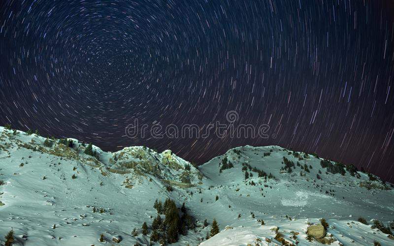 Estrela do Polaris acima das montanhas imagem de stock