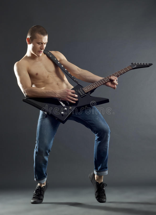 Estrela do rock que joga a guitarra imagens de stock royalty free
