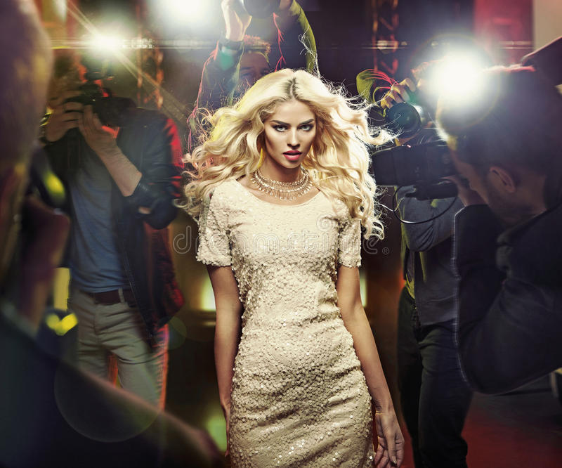 Estrela loura nova entre os paparazzi imagens de stock royalty free